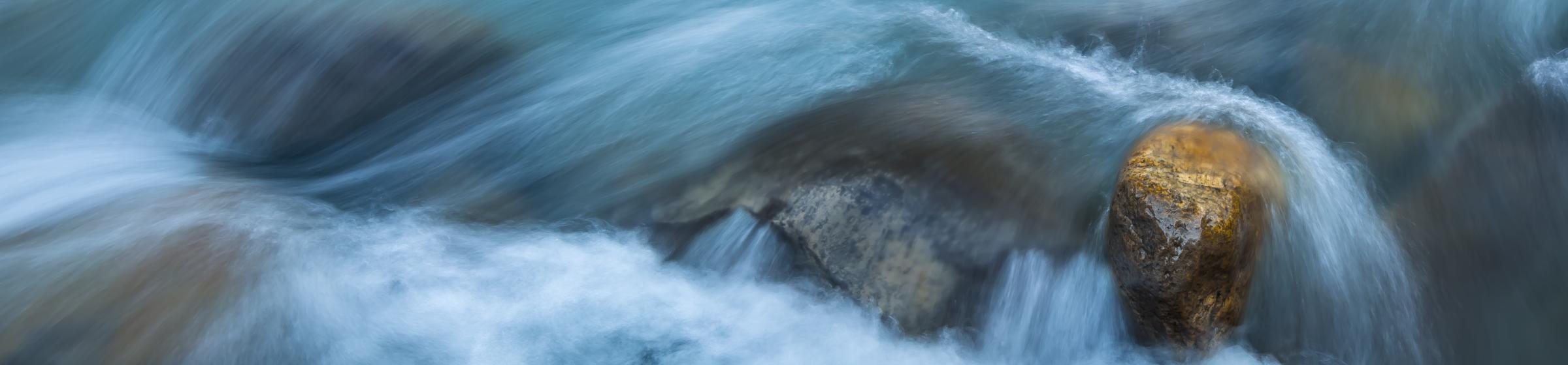 Elv som renner over stein